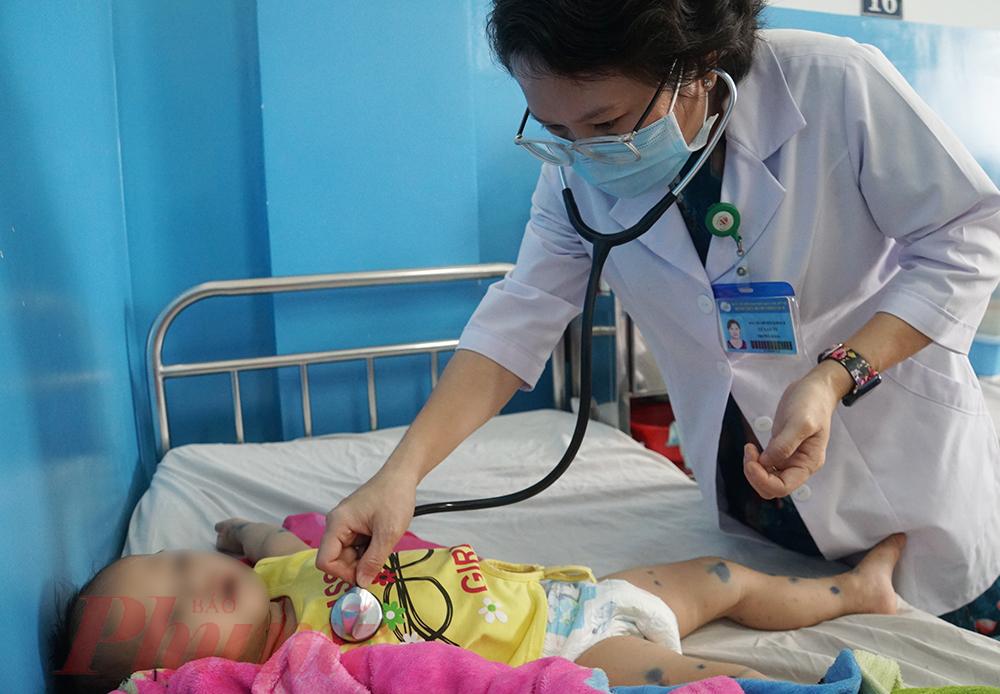 Bác sĩ Lư Lan Vi cho biết tay chân miệng đợt này, ít trường hợp bệnh nhi nổi bóng nước