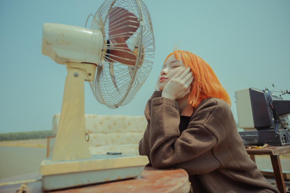 Hình ảnh cô gái trẻ trung, đầy mơ mộng gợi cho khán giả nhiều suy nghĩ vì có sự tương phản với phong cách của Vũ Cát Tường