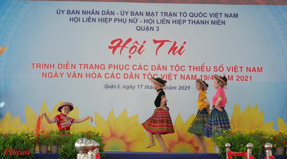 Nhiều tiết mục văn nghệ mang âm hưởng các dân tộc được biểu diễn tại hội thi