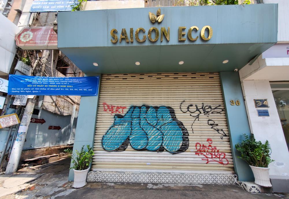 Buôn bán ế ẩm, nhiều người buộc lòng đóng cửa. Nhiều cửa hàng bị sơn viết vẽ bậy rất mất mĩ quan