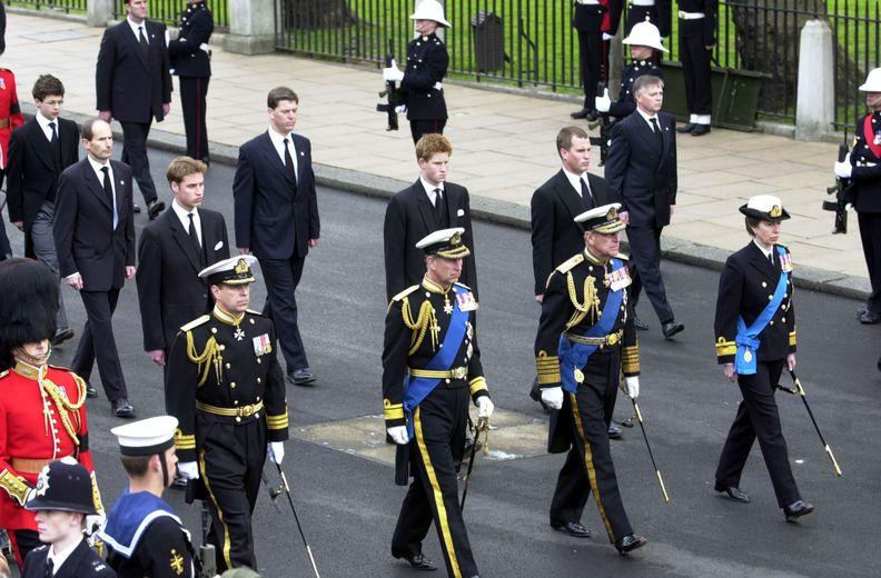 Công chúa Anne đi cùng cha và các anh trai trong đám tang của Hoàng Thái hậu vào năm 2002.