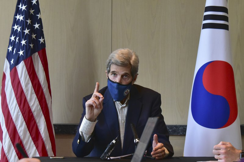 Đặc phái viên Hoa Kỳ về khí hậu John Kerry phát biểu trong cuộc họp bàn tròn với giới truyền thông tại Seoul, Hàn Quốc, hôm 18/4 – AP/ĐSQ Hoa Kỳ Seoul