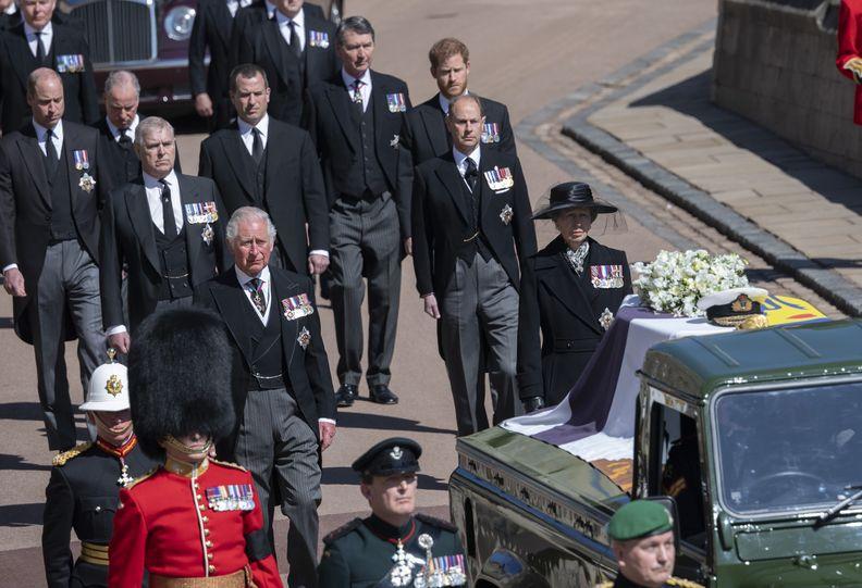Thái tử Carles và Công chúa Anne dẫn đầu đoàn hộ tống bao gồm các thành viên gia đình hoàng gia, bước đi phía sau quan tài Hoàng thân Philip