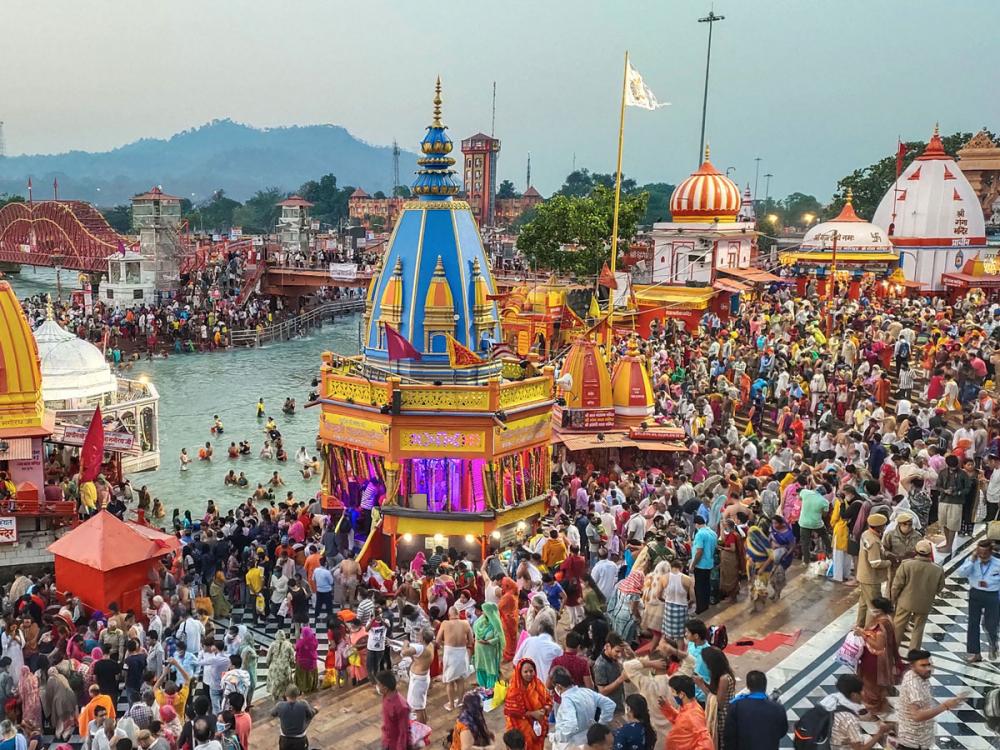 Bất chấp nguy cơ lây lan của virus COVID-19, những tín đồ Ấn giáo sùng đạo vẫn tập trung trên bờ sông Hằng trong ngày lễ Kumbh Mela, còn gọi là lễ hội Pitcher - Ảnh: Reuters