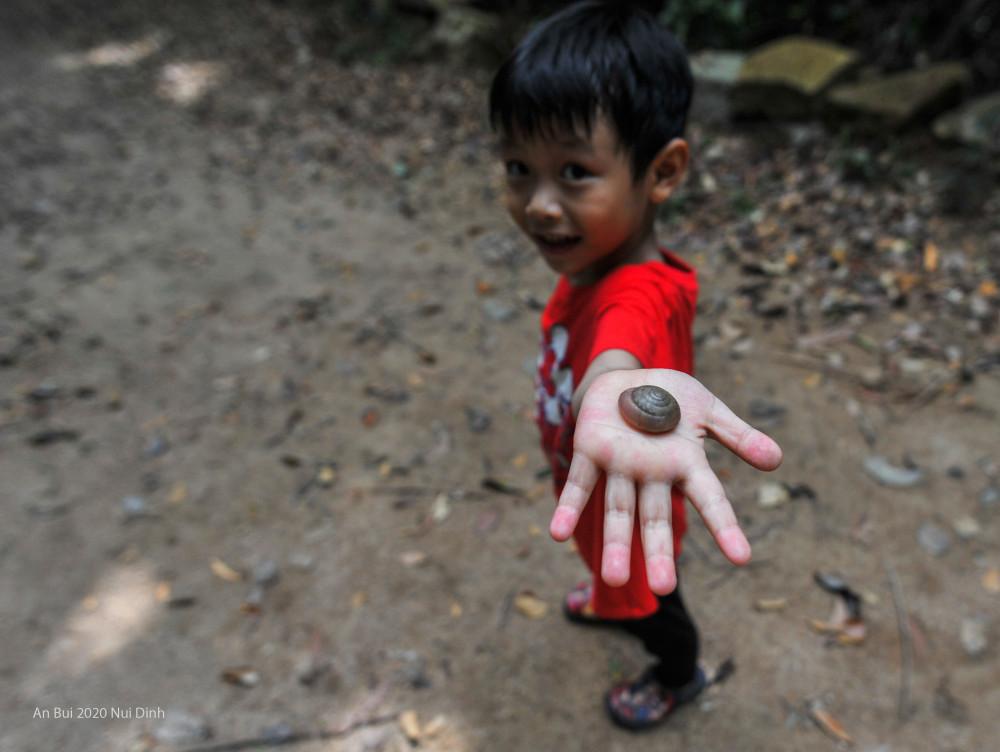 nChỉ cao 500m, đường mòn đã có thể chạy bộ, đạp xe hay chạy xe máy nên núi Dinh được đánh giá là một trong những cung đường trekking phù hợp cho bé từ 6-12 tuổi.