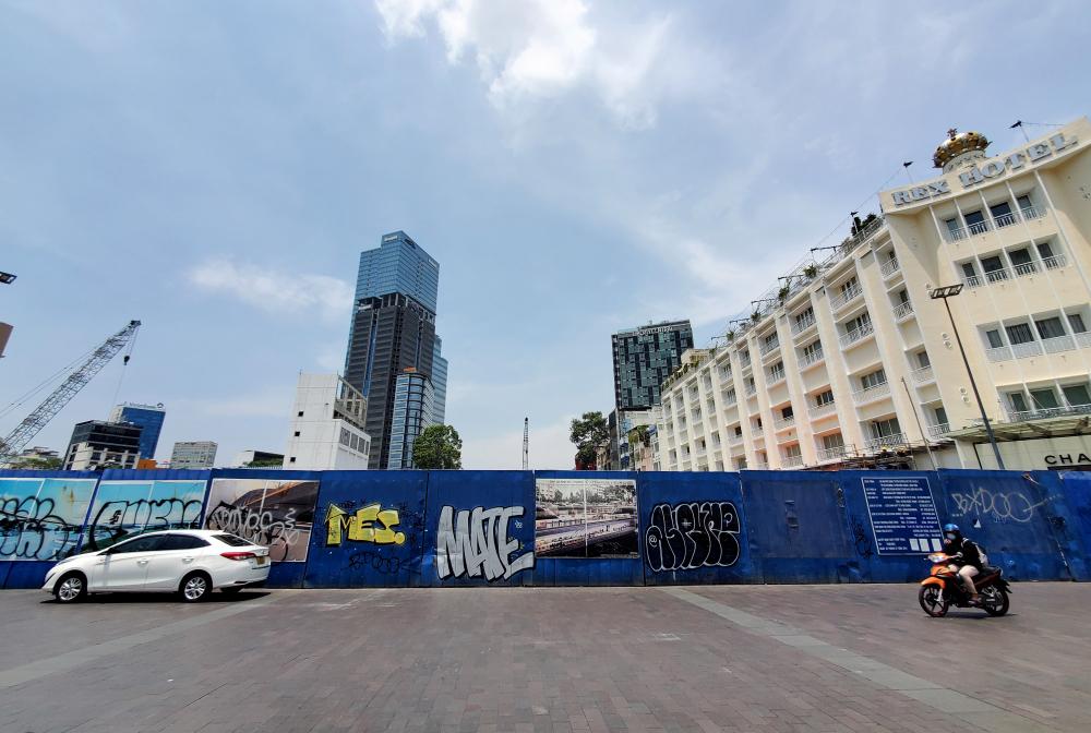 Đoạn được tháo dỡ bắt đầu từ đường Nguyễn Huệ đến đường Pasteur, nằm trong gói thầu xây dựng đoạn ngầm metro từ ga Bến Thành đến ga Nhà hát Thành phố cùng các trung tâm thương mại và công trình phụ trợ