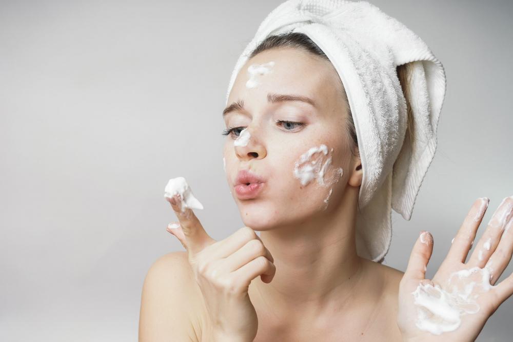 Sửa rửa mặt tạo nhiều bọt khiến da bị thất thoát nhiều độ ẩm và lượng dầu tự nhiên