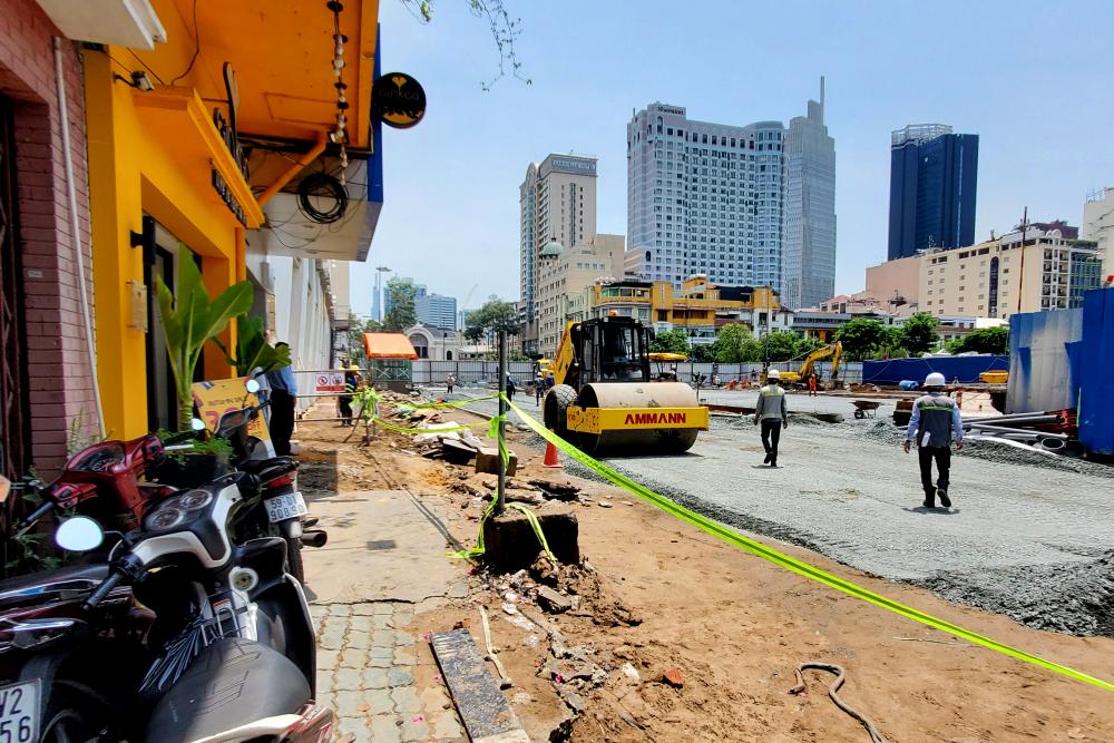 Các công nhân đang tiến hành tháo dở mái tôn rào chắn phía giáp phố đi bộ Nguyễn Huệ