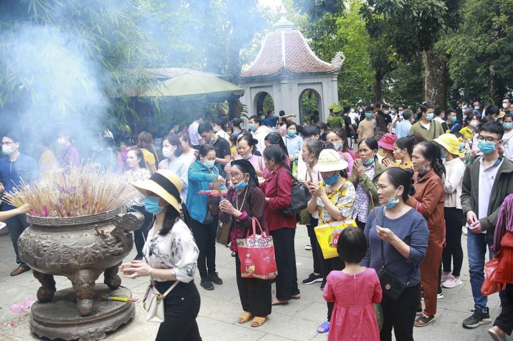 Người dân dâng lễ thắp hương tỏ lòng thành kính
