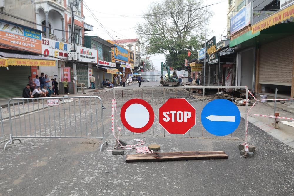 Chính quyền địa phương đã phong toả khu vực xuất hiện hố tử thần, đồng thời hướng dẫn người dân di chuyển theo hướng khác.