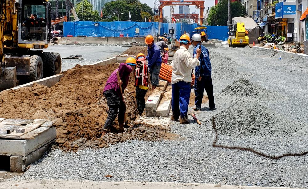 Cùng với đó là việc tái lập mặt đường như ban đầu còn phía dưới ác tầng ngầm bên dưới nhà ga, công tác kiến trúc và cơ điện vẫn đang được nhà thầu tiếp tục hoàn thiện.