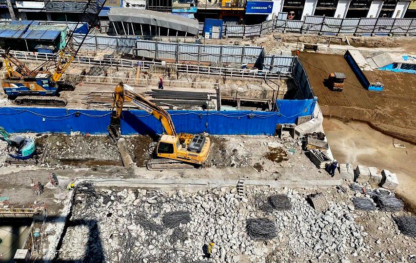 phá vỡ sàn tạm, cắt tường vây, đắp cát, cống thoát nước...vv bên trên ga Nhà hát Thành phố (đường Lê Lợi đoạn từ đường Nguyễn Huệ đến đường Pasteur) đang được khẩn trương thi công nhằm hoàn thành công việc tái lập dự kiến trước ngày 30/4/2021
