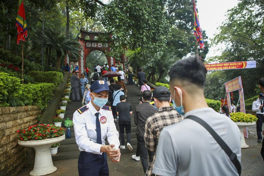 Tại lối lên khu di tích cũng được đơn vị hỗ trợ yêu cầu người dân rửa tay khi lên đền.