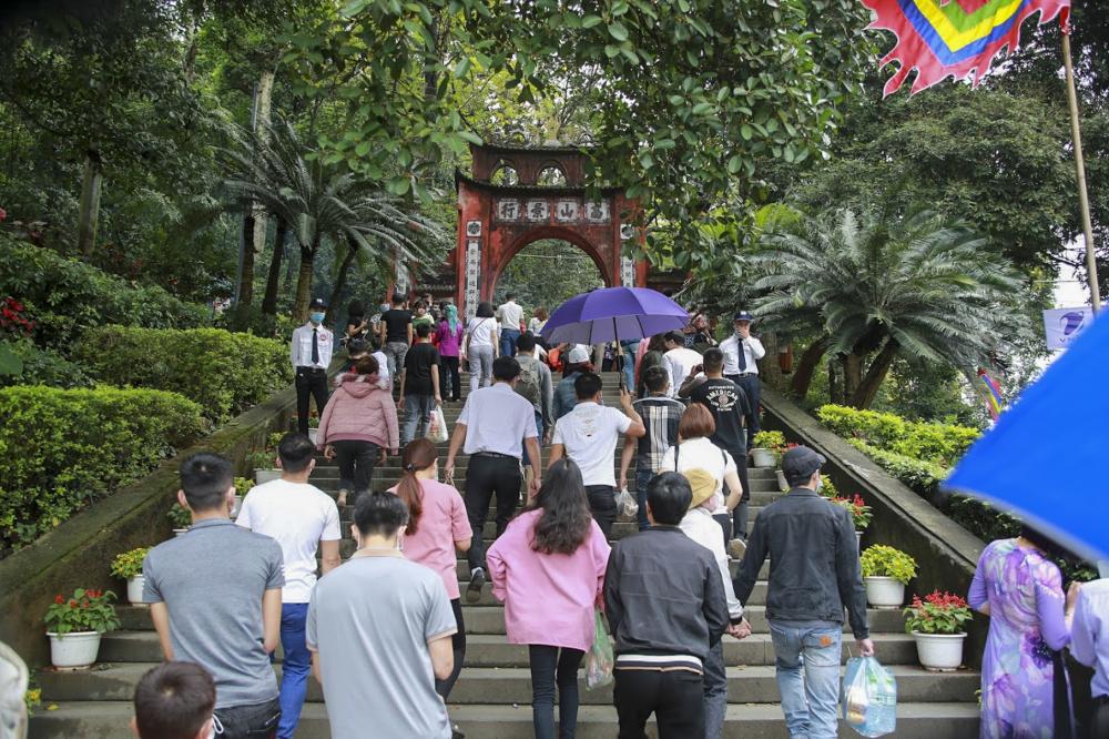 Ghi nhận của PV, vào sáng 17/4 tại khu vực đền Hùng đã có rất đông người dân đổ về đây dâng hương, bày tỏ lòng biết ơn với tổ tiên, cội nguồn.