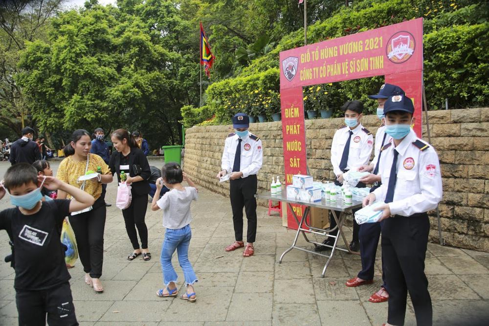 Tại các khu vực tại di tích trước và trong thời gian tổ chức các buổi lễ, ban Quản lý Khu di tích lịch sử Đền Hùng cũng đã cho người nhắc nhở nhân dân thực hiện nghiêm Thông điệp 5K theo khuyến cáo của Bộ Y tế; đeo khẩu trang nơi công cộng.