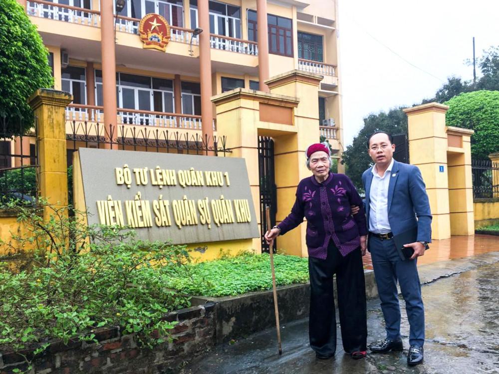 Cụ May cùng luật sư đến trụ sở Viện kiểm sát Quân sự Quân khu 1