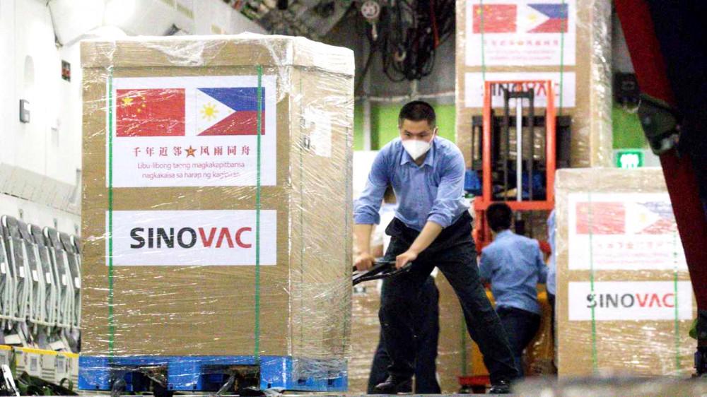 Nhân viên sân bay quốc tế Phnom Penh vận chuyển vắc-xin Sinovac COVID-19 mà Campuchia mua từ Trung Quốc ngày 17/4 - Ảnh: Xinhua