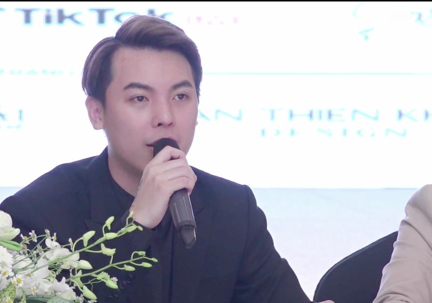 Ông Phạm Duy Khánh, trưởng BTC cuộc thi trả lời báo giới vào chiều 18/4