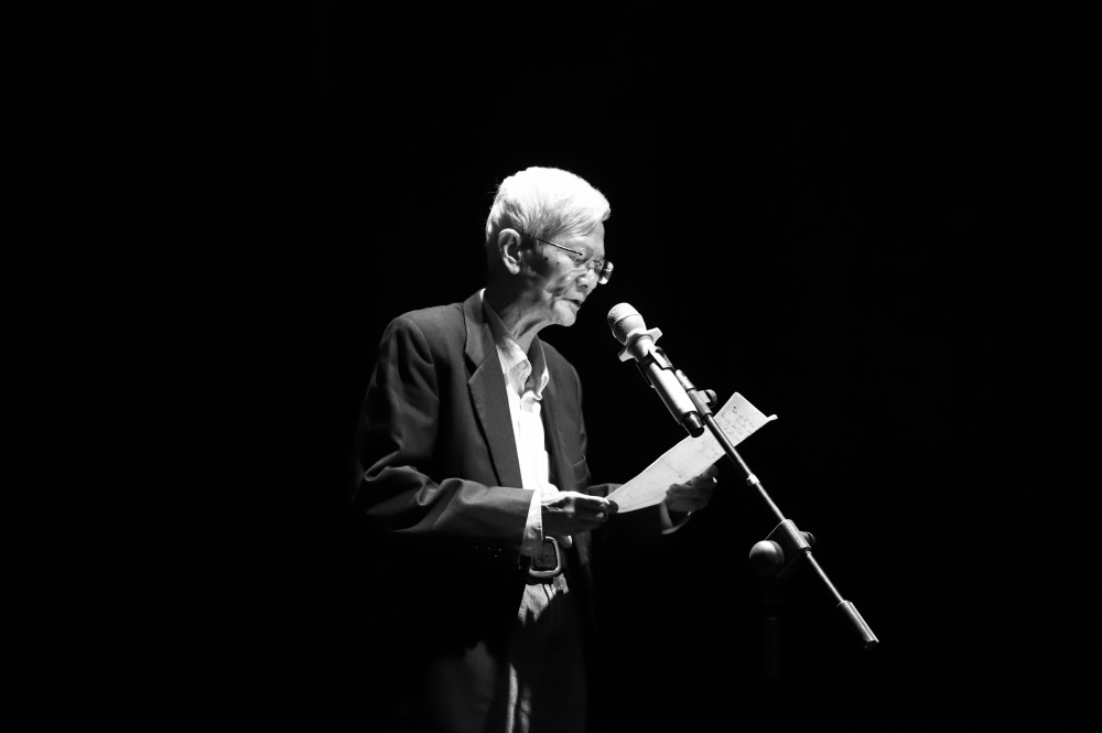 Nhà giáo Nguyễn Quang Hòa công bố bài thơ cố thi sĩ Lưu Quang Vũ tặng ông cách đây mấy chục năm về trước - Ảnh: BTC