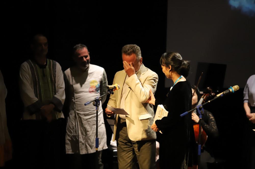 Ngài đại sứ cộng hòa Séc Vitezslav Grepl xúc động khi đọc thơ Lưu Quang Vũ - Ảnh: BTC