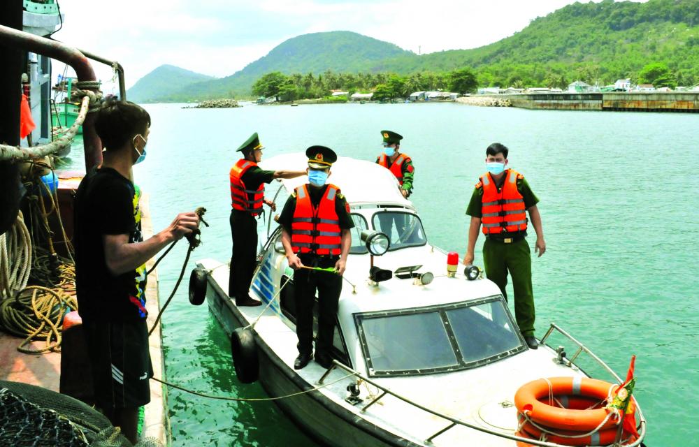 Lực lượng chức năng liên tục tuần tra, kiểm soát việ c nhập cảnh qua đường biển ở tỉ nh Kiên Giang ẢNH: TỪ NHÂN