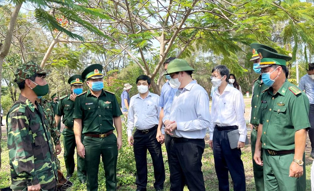 Bộ trưởng Bộ Y tế Nguyễn Thanh Long kiểm tra công tác phòng, chống dịch COVID-19 ở tỉnh Kiên Giang trong ngày 18/4 - Ảnh: Từ Nhân