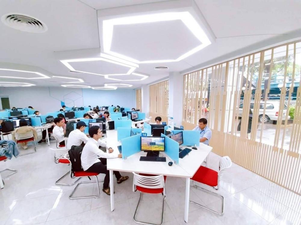 Sinh viên Trường ĐH Công nghiệp TPHCM đang học tập trong thư viện hiện đại