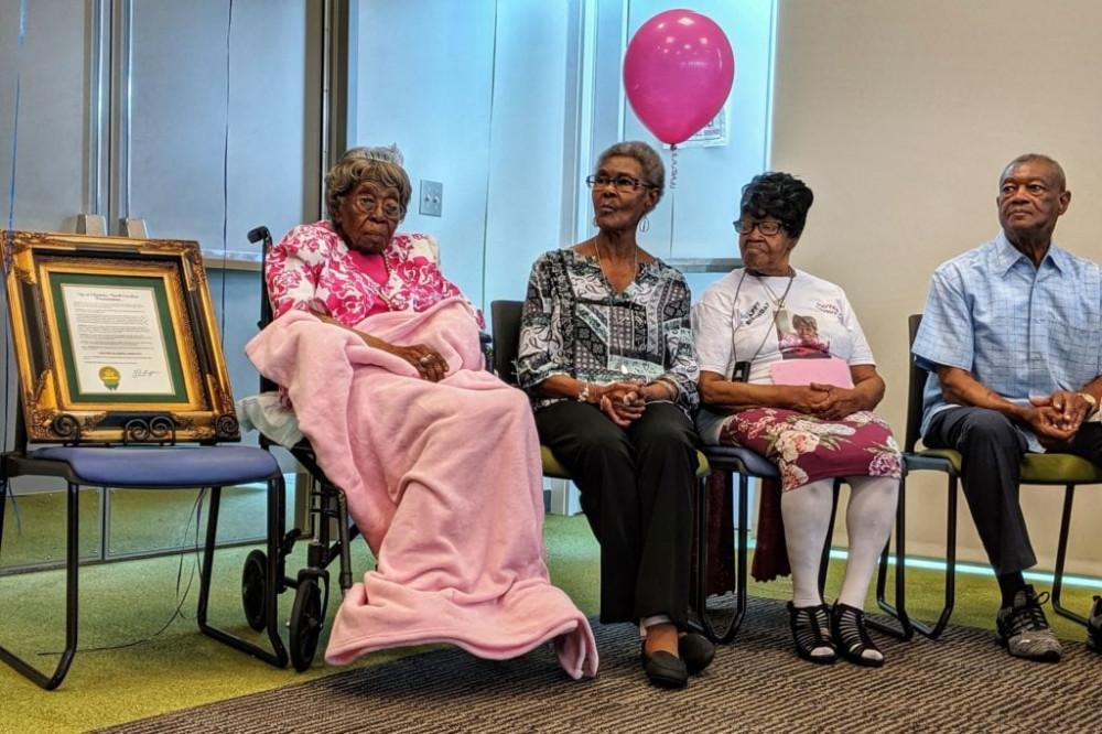 Bà Hester Ford cùng gia đình và thành viên cộng đồng trong sinh nhật của mình vào năm 2019