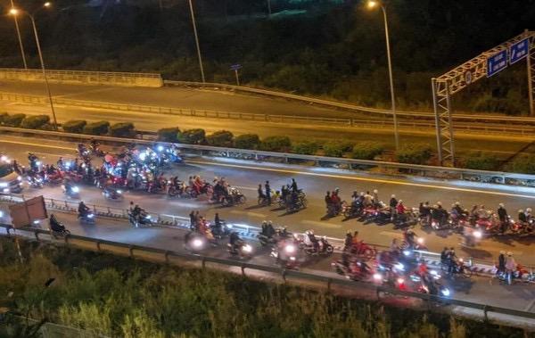Cả trăm quái xế chặn một đoạn cao tốc để đua xe (ảnh cắt từ clip)