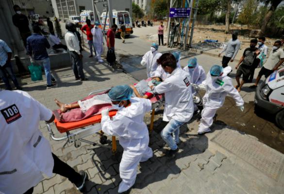 Một bệnh nhân có vấn đề về hô hấp được đưa vào bệnh viện COVID-19 để điều trị, giữa đại dịch bệnh coronavirus, Ahmedabad, Ấn Độ, ngày 14 tháng 4 năm 2021. REUTERS / Amit Dave / File Photo