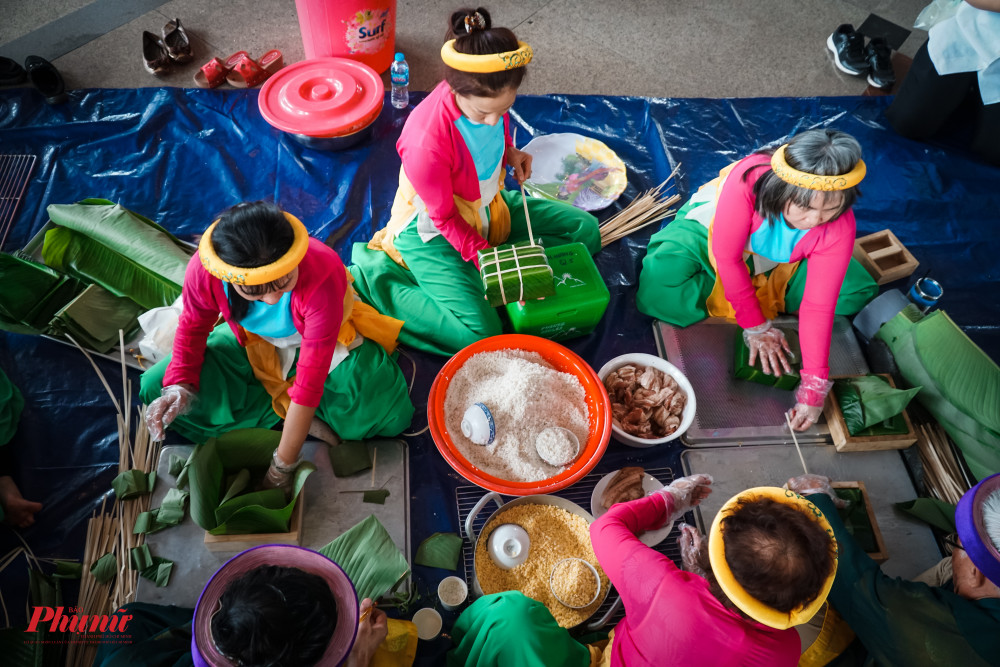Sử dụng y phục dân tộc để gói bánh Chưng góp phần tăng thêm vẻ đẹp truyền thống cho Hội thi