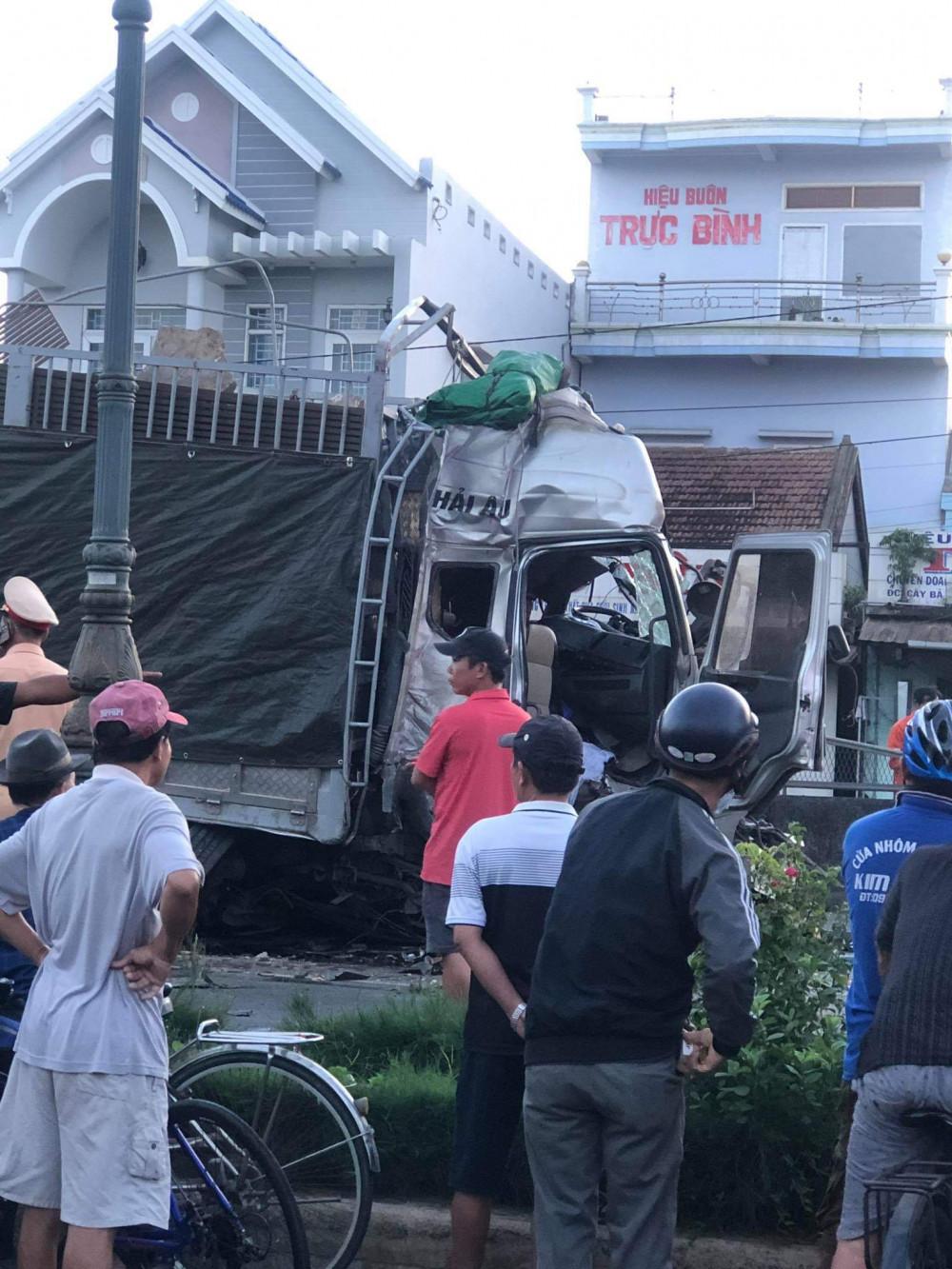 Xe tải gây tai nạn bị nát phần đầu, tài xế được cấp cứu trong tình trạng nguy kịch
