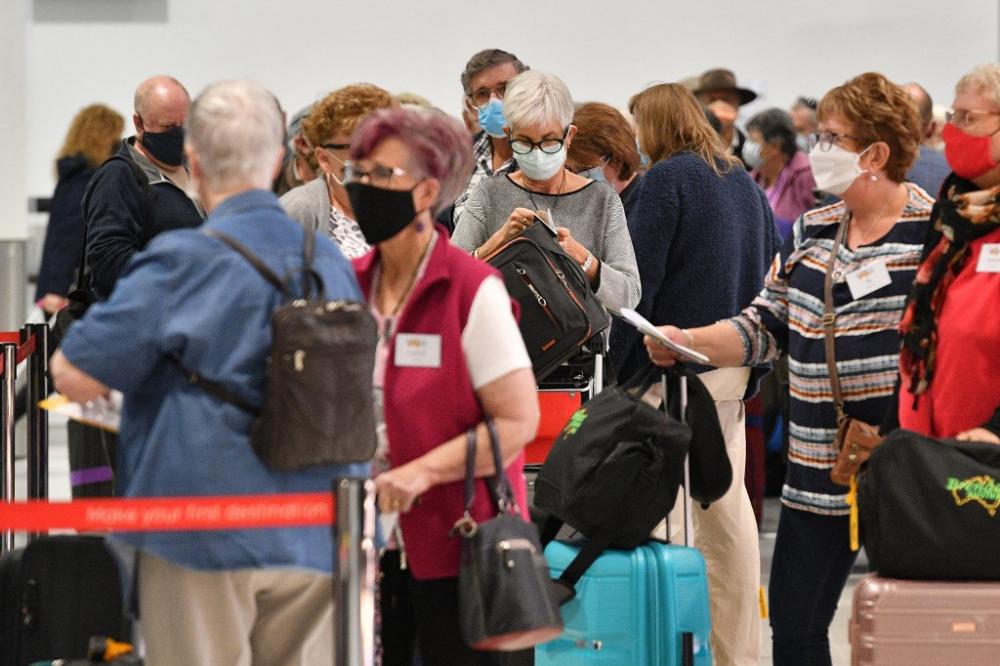 Hành khách chờ đợi tại quầy làm thủ tục cho chuyến bay đi New Zealand tại sân bay quốc tế Sydney