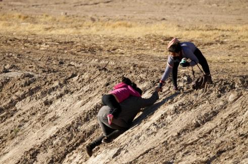 """Những người di cư bất hợp pháp vượt qua con sông biên giới Rio Bravo để """"nộp mạng"""" cho các nhân viên tuần tra biên giới Hoa Kỳ và xin tị nạn ở El Paso (Texas) - Ảnh: Reuters"""