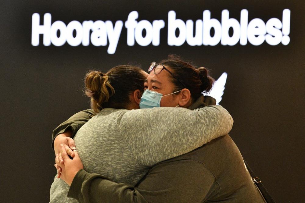 Một người phụ nữ ôm một thành viên trong gia đình trước khi anh ấy khởi hành đến New Zealand tại Sân bay Quốc tế Sydney