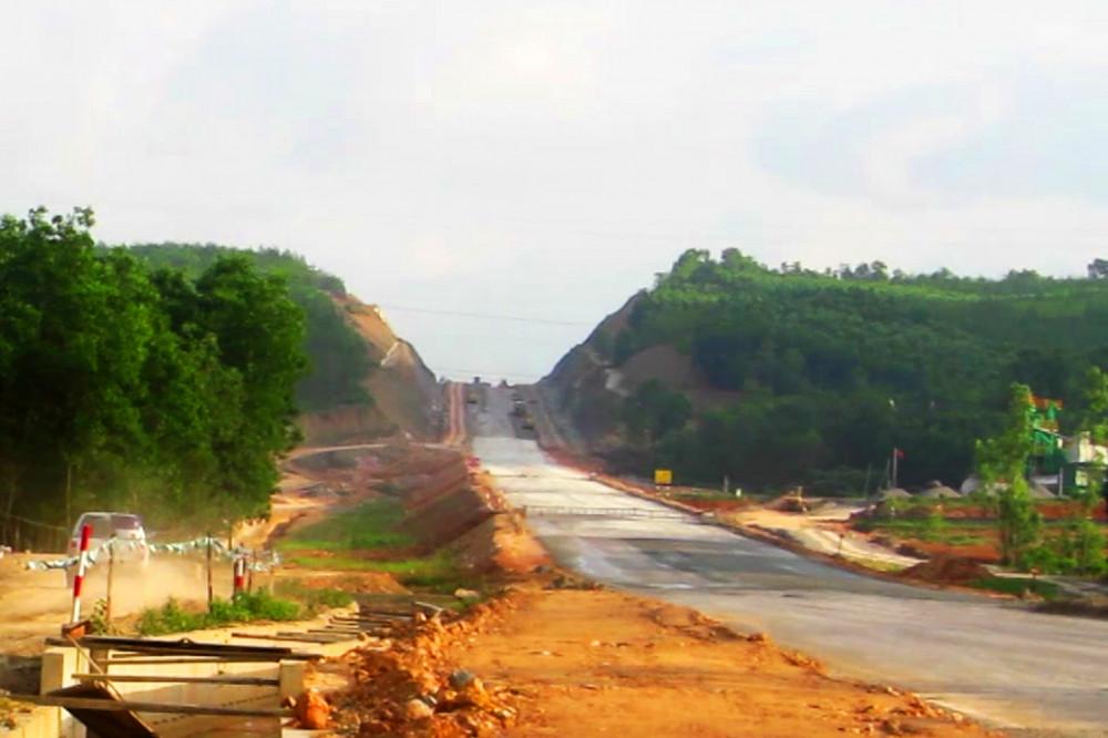 Thi công cao tốc La Sơn- Cam Lộ đoạn qua xã Cam Hiếu làm nhiếu nhà dân sụt lún, tường nứt