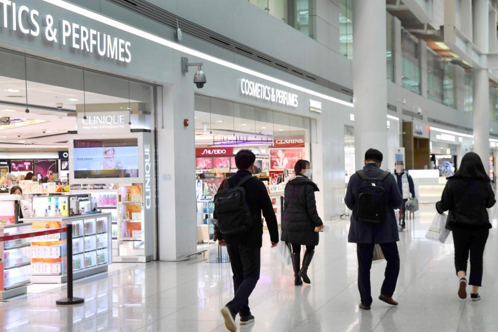 Hành khách đi ngang qua các cửa hàng miễn thuế ở Nhà ga số 1 tại Sân bay Incheon
