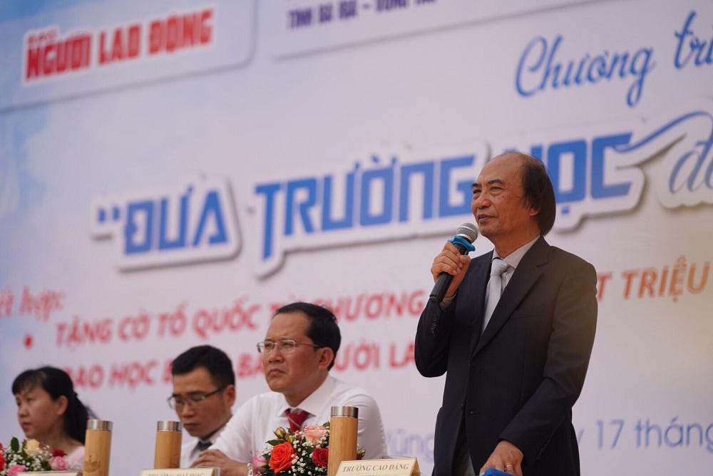 TS Trần Mạnh Thành giải đáp thắc mắc của các em học sinh về chương trình đào tạo tại Nova College. Ảnh: Nova College