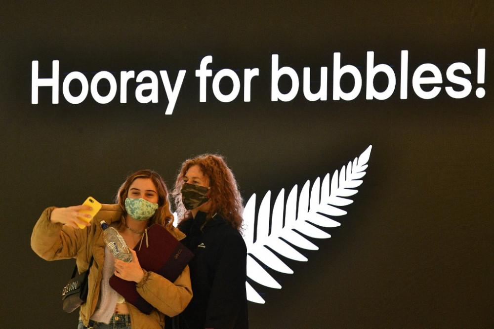 Du khách chụp ảnh selfie trước khi khởi hành đến New Zealand tại Sân bay Quốc tế Sydney vào ngày 19/4