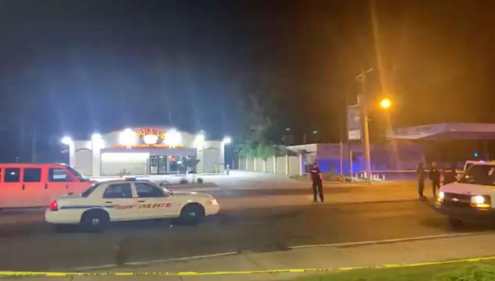 Nhân viên cảnh sát phong tỏa hiện trường sau vụ xả súng bên ngoài một cửa hàng rượu ở Shreveport, Louisiana