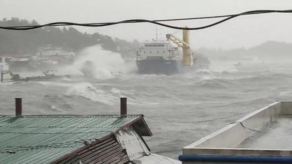 Philiippines khẩn trương sơ tán dân trước khi siêu bão Surigae có khả năng đổ bộ.