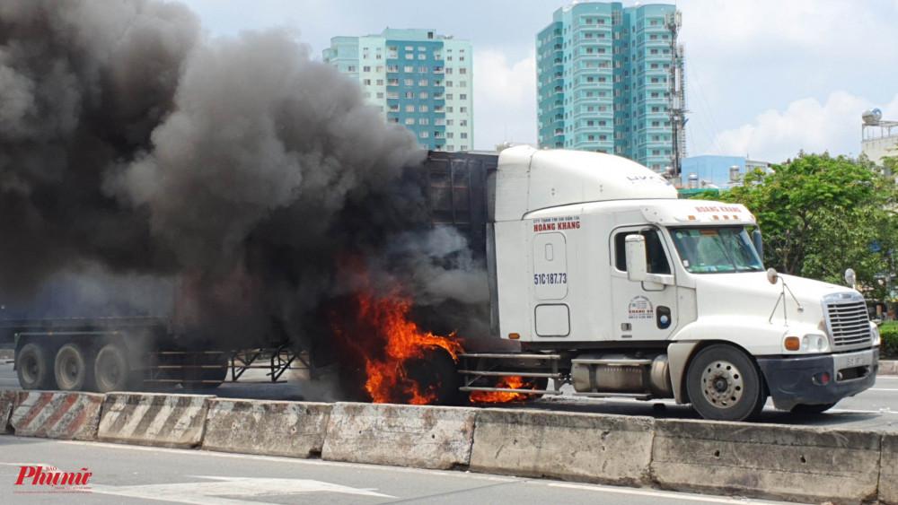 Ngọn lửa bốc cháy từ phía trong xe, sau đó lan rộng ra khu vực bánh xe phía sau cabin