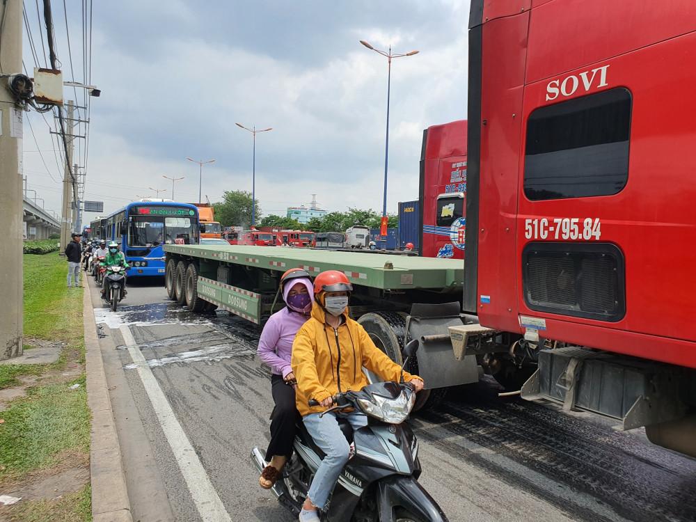 Vụ cháy khiến các xe di chuyển vào làn trong xe máy