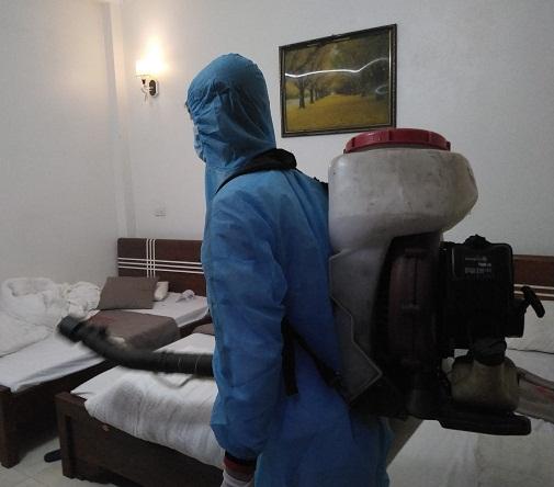 Cán bộ CDC Yên Bái thực hiện xử lý môi trường khách sạn.
