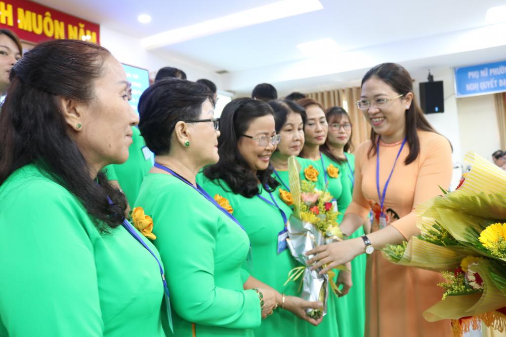 Bà Huỳnh Đặng Hà Tuyên - Chủ tịch Hội LHPN quận Bình Tân - tặng hoa chúc mừng Ban Chấp hành Hội LHPN phường Bình Hưng Hòa A nhiệm kỳ 2021 - 2026 vừa được đại hội bầu ra.