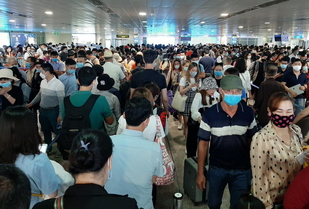 Hành khách xếp hàng dài, mệt mỏi chờ đợi rất lâu để làm thủ tục bay tại Tân Sơn Nhất vào ngày 16/4 - Ảnh: Trường Nguyên