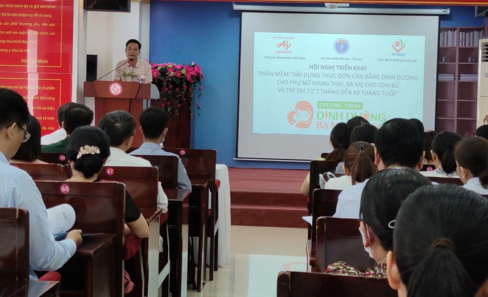 TS Trần Đăng Khoa - Phó Vụ trưởng, Vụ Sức khỏe Bà mẹ - Trẻ em chỉ đạo triển khai phần mềm tại Cần Thơ. Ảnh: Ajinomoto