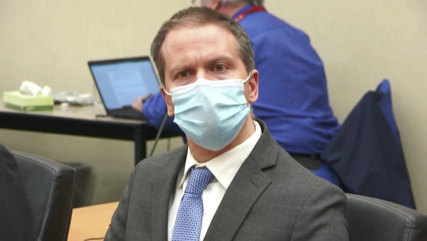 Derek Chauvin, lắng nghe khi bản án được đọc trong phiên tòa xét xử cái chết của George Floyd năm 2020