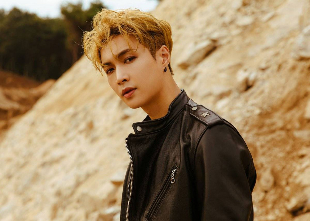 Ca sĩ Lay của EXO tuyên chiến với fan cuồng.