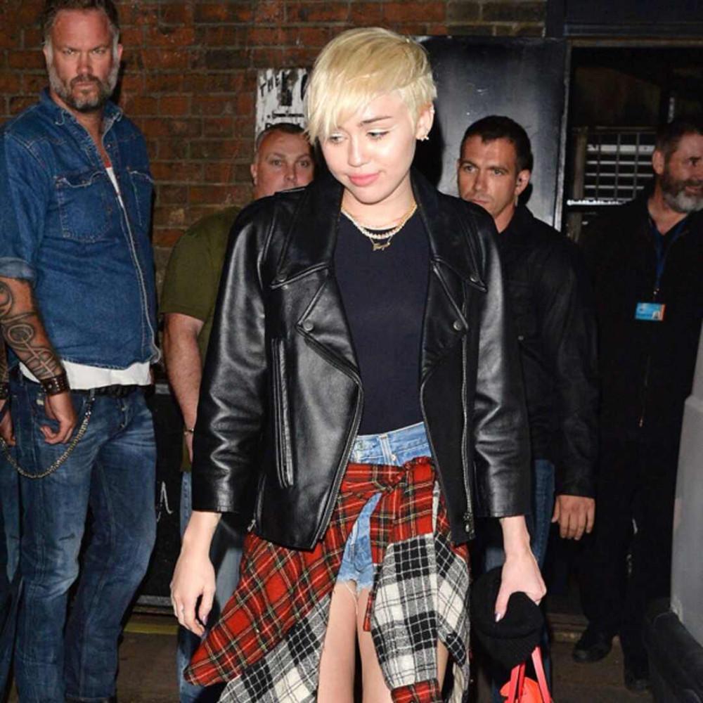 Miley Cyrus bị Devon Meek theo dõi thường xuyên và buông lời đe doạ.